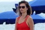 Пенелопа Крус в красном купальнике Versace и коротких шортах отдыхает на пляже в Италии